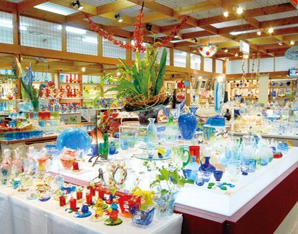 店内ではガラス工芸品が販売